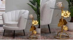 Table d'appoint en métal et verre avec pied en fleur, ambiance romantico chic, finition doré ancien, 64cm