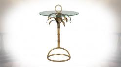 Table d'appoint en métal et verre, ambiance coloniale avec feuilles de palmiers, finition vieux doré, 70cm