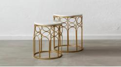 Série de deux tables rondes en métal doré et marbre blanc, ambiance chic luxueuse, Ø43/38