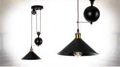 Suspension en métal finition noir charbon, ambiance industrielle avec poulies et contrepoids, Ø30cm