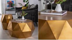 Grande table basse en métal en forme de décagone, finition doré ancien, ambiance moderne géométrique, Ø81cm