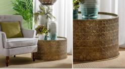 Table basse de salon en métal moucharabieh, forme cylindrique finition dorée et plateau miroir, Ø75cm