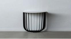 Console en métal noir et marbre blanc, en forme de demie lune, ambiance épurée moderne, Ø90cm