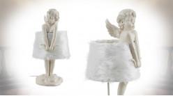 Lampe romantique avec sculpture d'ange et abat jour blanc à poils longs, 53cm
