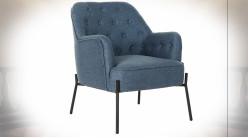Fauteuil en polyester finition bleu denim dossier capitonné et pieds en métal noir ambiance rétro, 79.5cm