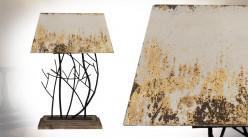 Grande lampe de salon en bois et métal, finition vieillie oxydé doré, pied effet branchage, 75cm
