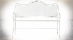 Banc de jardin en métal esprit fer forgé patiné blanc vieilli ambiance shabby chic, 120cm