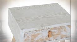 Table de chevet en bois et bambou finition blanche avec motifs de palmiers ambiance tropicale, 50.5cm