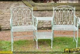 Fauteuils de jardin style fer forgé avec tablettes centrales porte-parasol, inspiré des fauteuils confidents