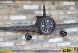 Grand avion décoratif en relief, en métal coloris gris anthracite avec horloge centrale façon instruments de bord