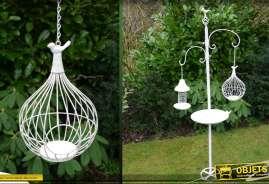 Grand bain à oiseaux avec support et deux cages à oiseaux. Déco style romantique pour jardin.