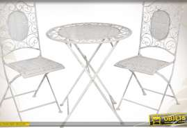 Salon de jardin en fer forgé avec une table ronde et deux chaises. Coloris blanc antique de style romantisme et charme.