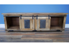 Grand meuble TV en bois massif, ambiance rustique avec veines apparentes et portes coulissantes
