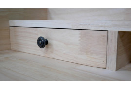 Bureau en bois clair et structure en métal gris foncé, ambiance moderno indus