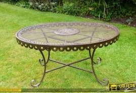 Table de jardin de forme ovale en fer forgé et métal finition marron antique