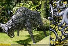 Très grande sculpture en métal d'un taureau. Métal ajouré effet vieilli, rendu stylisé.