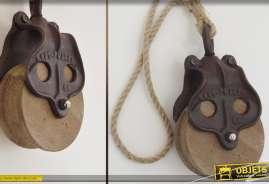 Poulies anciennes en bois et métal avec cordage de suspension