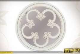 Grand miroir rond en bois finition blanc à l'ancienne avec motifs style gothique