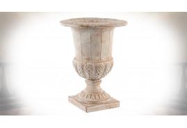 Vase de style ancien réalisé en métal, finition vieilli et patiné blanc.