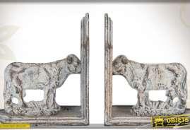 Duo de serre-livres réalisés en métal, en forme de vaches, patinés gris ancien.