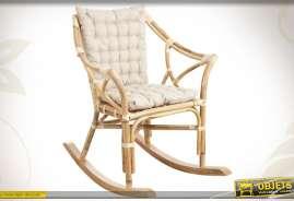 Rocking-chair réalisé en rotin finition naturel, avec oussins d'assise et de dos coloris blanc.