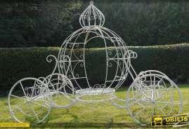 Grand porte-plantes réalisé en métal, en forme de carrosse de Cendrillon.