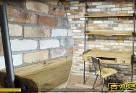 Bureau réalisé en bois et en métal, pourvu de 2 étagères murales.