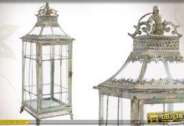Lanterne carrée de style ancien, réalisée en métal finition vieillie et en verre.