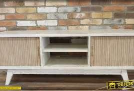 Meuble pour téléviseur, réalisé en bois patin blanc, de style vintage.