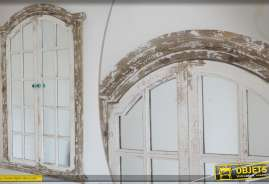 Grand miroir mural en forme de fenêtre, de style rétro.
