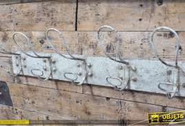 Porte-manteaux mural réalisé en métal vieilli et patiné coloris blanc.