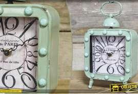 Horloge de table de forme carrée, en métal patiné, de style rétro.