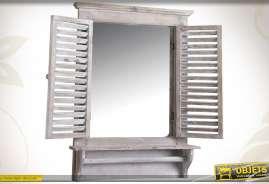 Miroir-fenêtre mural réalisé en bois et en verre, finition blanc patiné.