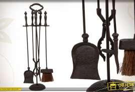 Serviteur de cheminée pourvu de 4 éléments, réalisés en métal coloris noir.