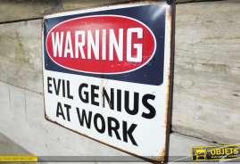 Panneau déco murale en métal de style vintage avec message : Evil genius at work