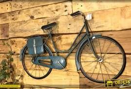 Décoration murale en métal de style rétro prenant la forme d'une ancienne bicyclette de femme coloris bleu ancien.