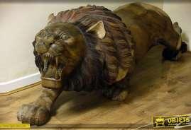 Lion sculpté sur teck massif, longueur 2,16 mètres