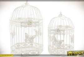 Duo de cages à oiseaux en métal, patine blanche, forme hexagonale et motifs d'ornementation sur le thème des papillons
