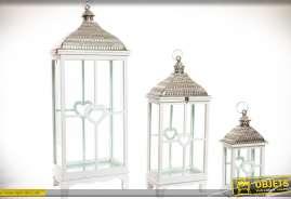 Ensemble de trois lanternes rectangulaires gigognes en bois et métal, patine blanche effet vieilli et métal argenté brillant.