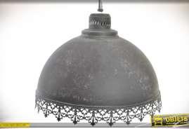 Grand suspension en forme de dôme, en métal gris vieilli façon zinc ancien avec ornementation en dentelle de métal
