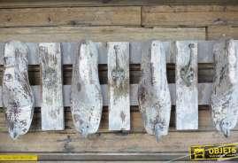 Gand porte-manteaux murale en bois et métal, style brocante, avec sabots et patères, effet blanchi.