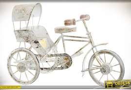 Reproduction d'un ricycle pousse-pousse en métal couleur blanche vieillie