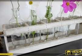 Jardinière à 5 vases en formes de bouteilles en verre avec support caisse bois blanc vieilli