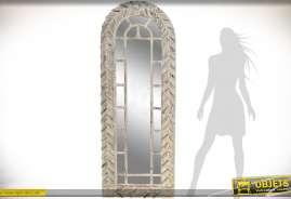 Très grand miroir vertical en bois patine blanche avec sculpture en relief motifs géométriques en épis