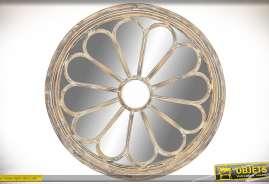 Grand miroir rond en bois finition vieilli avec habillage inspiration gothique motif fleur