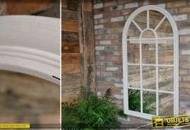 Grand miroir-fenêtre en bois patiné blanc de style victorien en forme de fenêtre en arcade