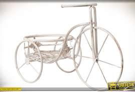 Tricycle en métal porte-fleurs, laqué blanc vieilli oxydé