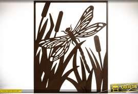 Cadre mural en métal ajouré représentant une libellule évoluant au milieu de roseaux dans un marais