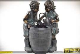 Fontaine représentant deux enfants jouant autour d'un tonneau, imitation bronze ancien
