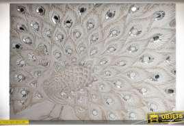 Décoration murale en relief sur bois, paon précieux avec incrustations en miroirs, sur fond patine blanche vieillie.